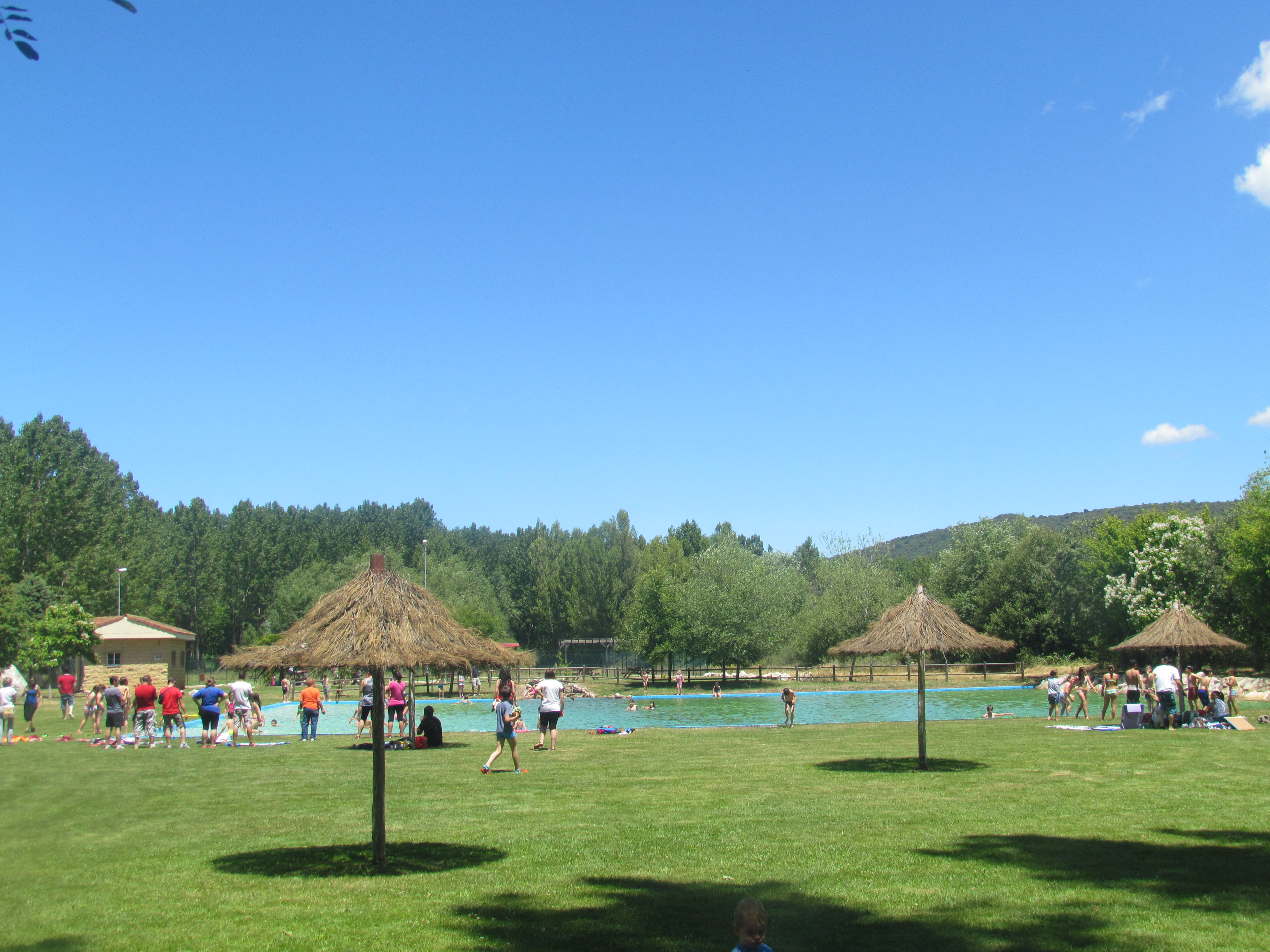 Zona camping ayuntamiento de llamas de la ribera for Piscinas fluviales leon